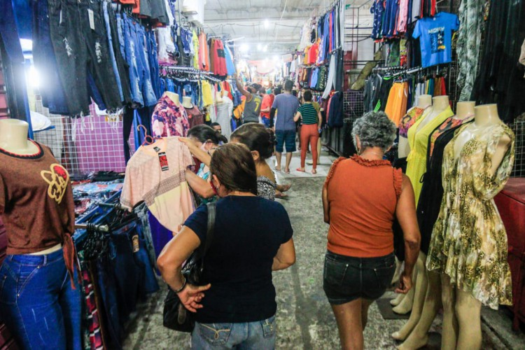 Em pesquisa encomendada por CNDL e SPC Brasil, 53% dos consumidores brasileiros afirmaram que pretendem comprar novas roupas, sapatos e acessórios no fim de ano. (Foto: Bárbara Moira/O Povo)