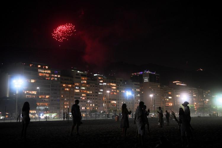 Réveillon 2021 na praia de Copacabana, no Rio de Janeiro (Foto: CARL DE SOUZA / AFP)