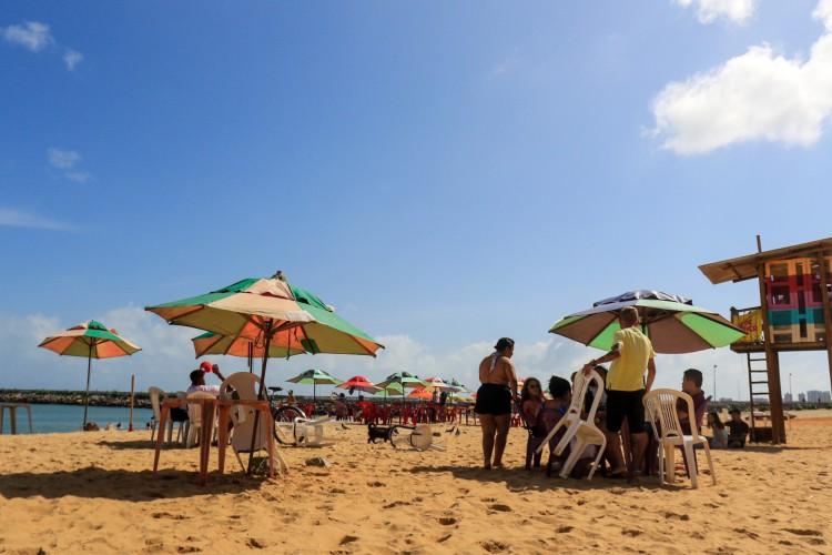 Aterro da Praia de Iracema é local de recorrentes aglomerações na Capital (Foto: Barbara Moira)