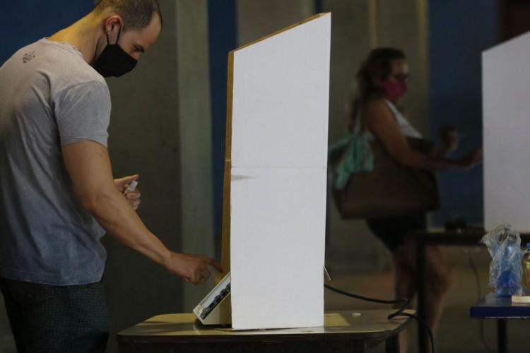 Movimentação dos eleitores durante eleições municipais de 2020, na  4ª zona eleitoral, no CIEP do bairro do Humaíta (Foto: Fernando Frazão/Agência Brasil)