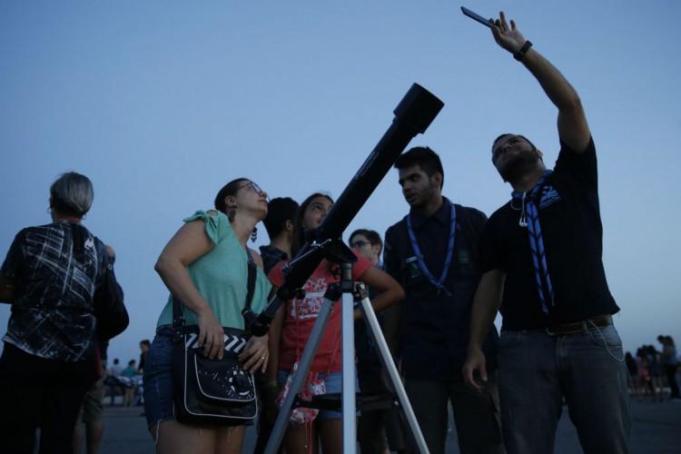 Grupos de visitantes e estudiosos se reunem no Forte de Copacabana para observar o eclipse total da lua, em que o astro ganha tons avermelhados, conhecido como Lua de Sangue. (Foto: Fernando Frazão/Agência Brasil)