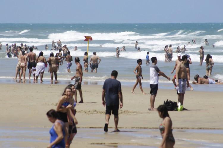 NO PRIMEIRO DIA DO ANO, movimentação na Praia do Futuro foi intensa  (Foto: Thais Mesquita)