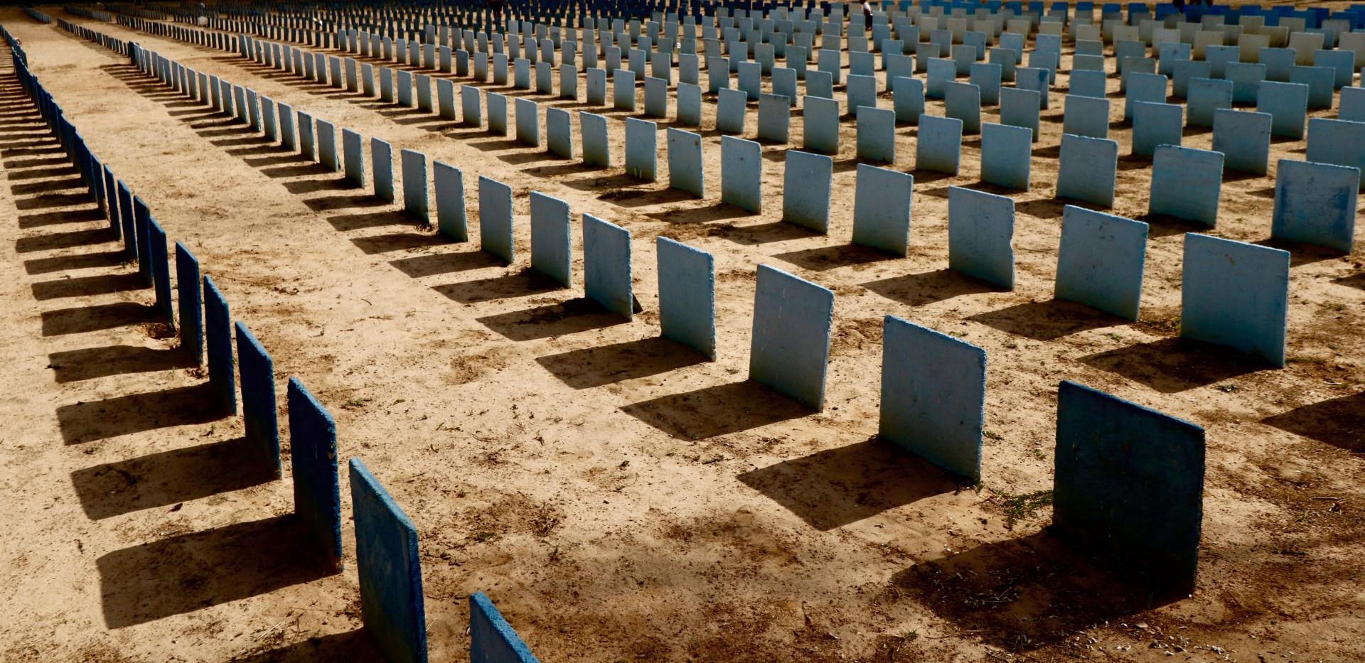 Lápides no cemitério Bom Jardim - coronavirus (Foto: FABIO LIMA)