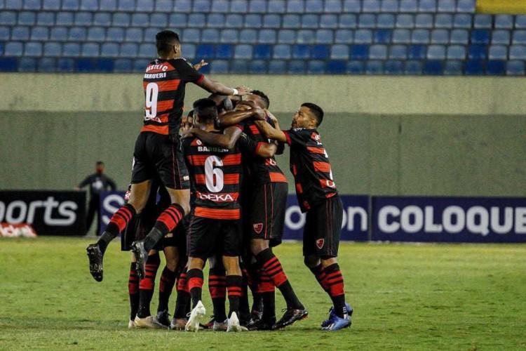 Oeste vence o Figueirense, mas permanece na lanterna da Série B (Foto: )