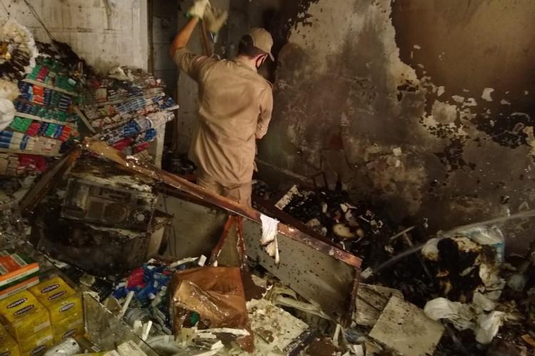O fogo atingiu 60% da farmácia localizada na cidade de Crato   (Foto: divulgação/Corpo de Bombeiros )