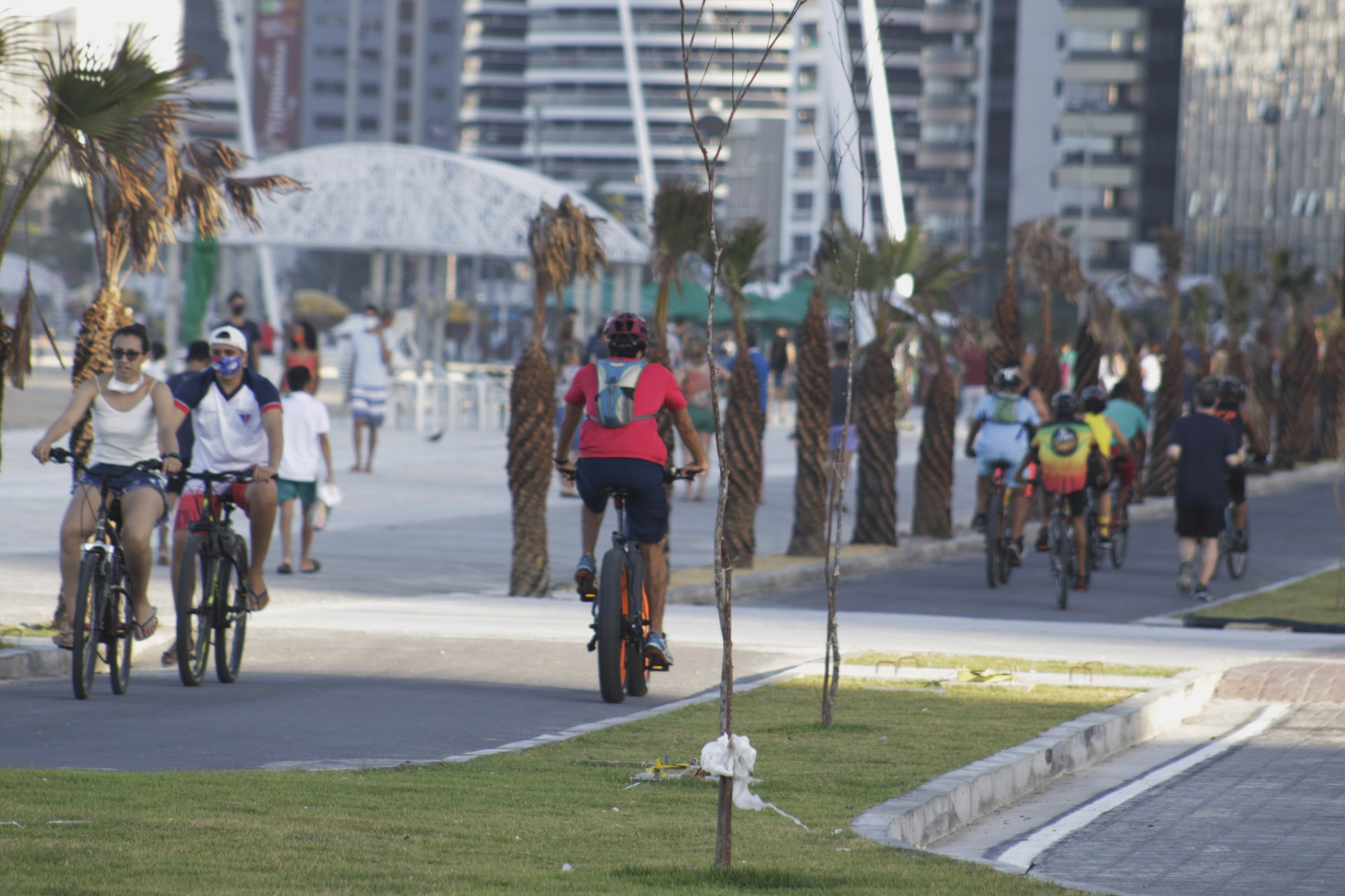 CALÇADÃO da Praia de Iracema recebeu muitas pessoas praticando esportes  (Foto: Thais Mesquita)