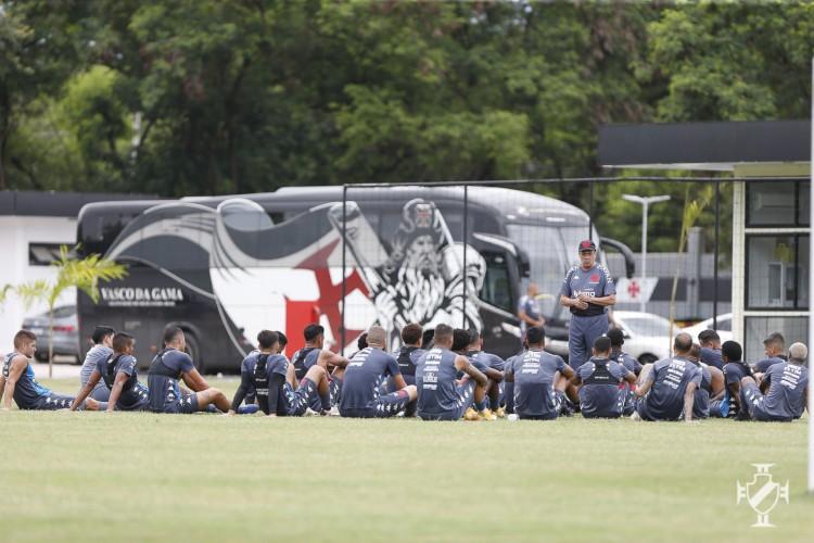 Técnico Vanderlei Luxemburgo conversa com jogadores em treino do Vasco no CT do Almirante (Foto: Rafael Ribeiro / Vasco)