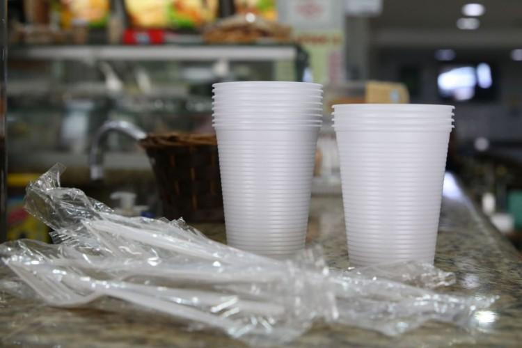 Prefeitura sanciona lei que proíbe o fornecimento de produtos descartáveis feitos de plástico em estabelecimentos comerciais na cidade de São Paulo (Foto: Rovena Rosa/Agência Brasil)