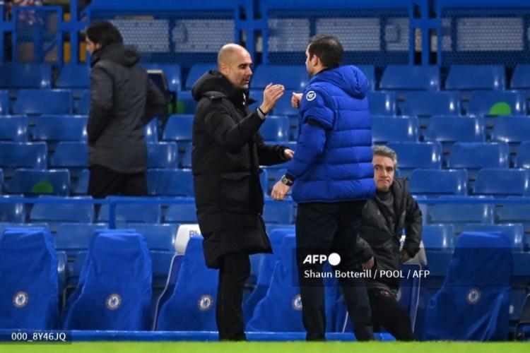 Pep Guardiola (esquerda) e Frank Lampard (direito) ao fim da partida (Foto: SHAUN BOTTERILL / POOL / AFP)