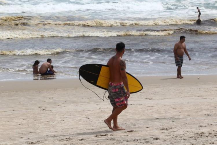 Surf na Praia do Futuro, em Fortaleza; confira tábua da maré para hoje (05/01) e amanhã (06/01) (Foto: Fábio Lima)