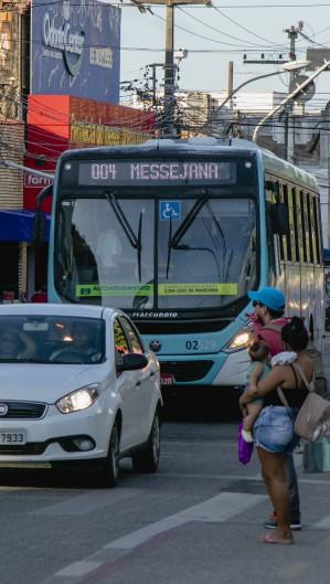 Funcionários de empresa de ônibus em Fortaleza paralisaram atividades durante cinco horas, na manhã desta segunda-feira, 11. (Foto: Aurelio Alves/O POVO). (Foto: Aurelio Alves)