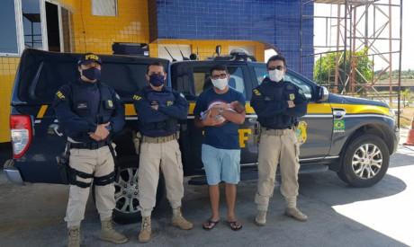 Policiais rodoviários federais resgatam recém-nascido de asfixiamento em Itaitinga.