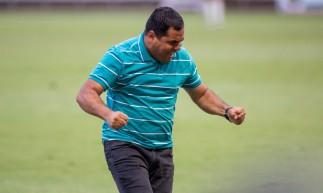 Técnico Leston Júnior comemora gol do Floresta diante do América-RN, nas quartas de final da Série D