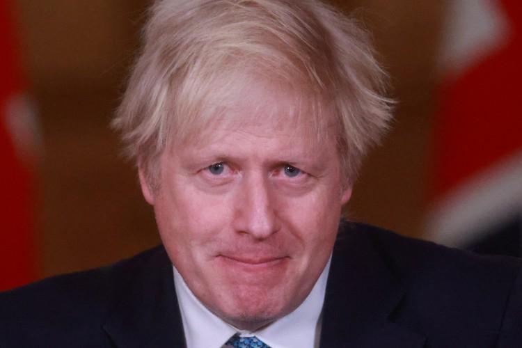O anúncio foi feito pelo primeiro-ministro Boris Johnson (Foto: HANNAH MCKAY / AFP)
