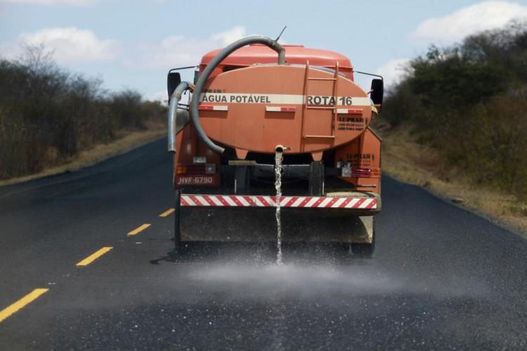 Caminhão pipa circulando no Interior cearense (Foto: FÁBIO LIMA)
