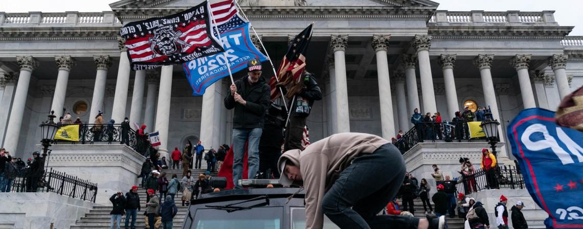 Apoiadores do presidente dos EUA, Donald Trump, protestam em frente ao Capitólio dos EUA em 6 de janeiro de 2021, em Washington, DC. - Os manifestantes violaram a segurança e entraram no Capitólio enquanto o Congresso debatia a Certificação de Voto Eleitoral da eleição presidencial de 2020. (Foto de ALEX EDELMAN / AFP) (Foto: ALEX EDELMAN / AFP)