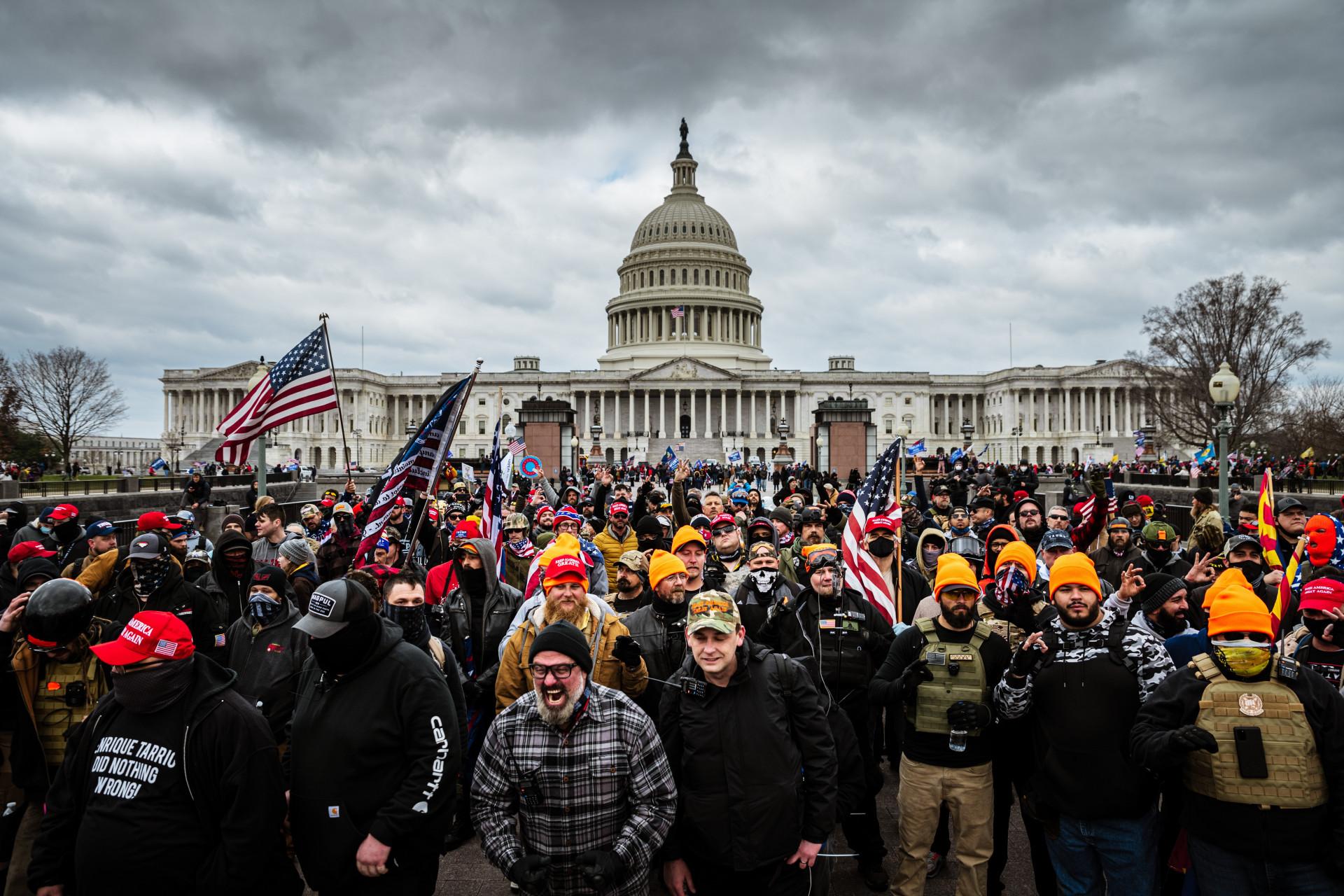"""(Foto:  Jon Cherry/Getty Images/AFP)A invasão do Congresso dos Estados Unidos, em Washington, por apoiadores do presidente Donald Trump, nesta quarta-feira, 6, proporcionou """"cenas chocantes"""", conforme lideranças mundiais"""