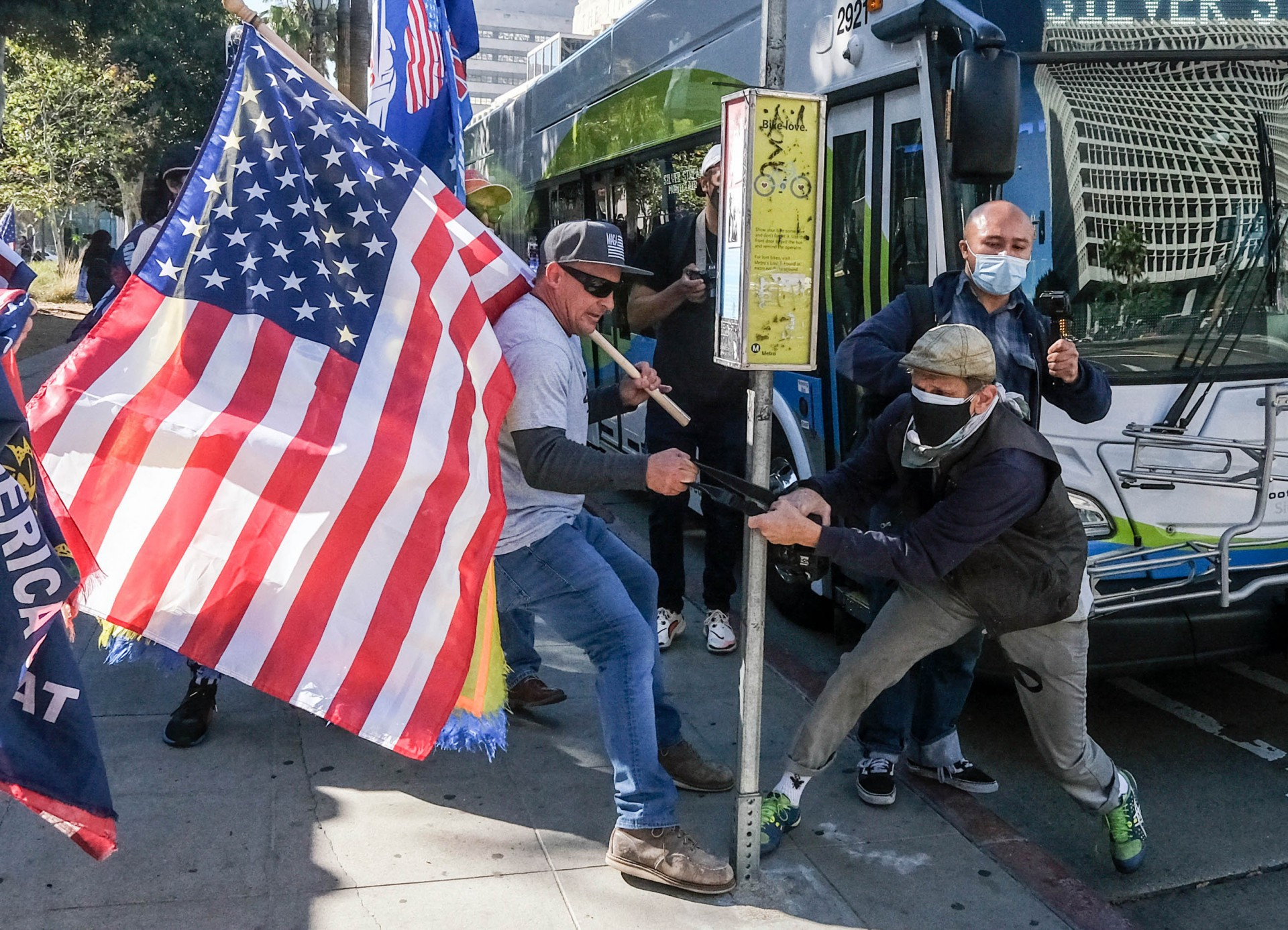 (Foto: RINGO CHIU / AFP)Um apoiador do presidente dos EUA Donald Trump agarra a câmera de um fotógrafo durante um protesto em Los Angeles, Califórnia, em 6 de janeiro de 2021. - Os apoiadores de Donald Trump invadiram uma sessão conjunta do Congresso dos EUA para certificar a vitória eleitoral de Joe Biden, provocando um caos sem precedentes e violência no coração da democracia dos EUA e acusações de que o presidente estava tentando um golpe. (Foto de RINGO CHIU / AFP)