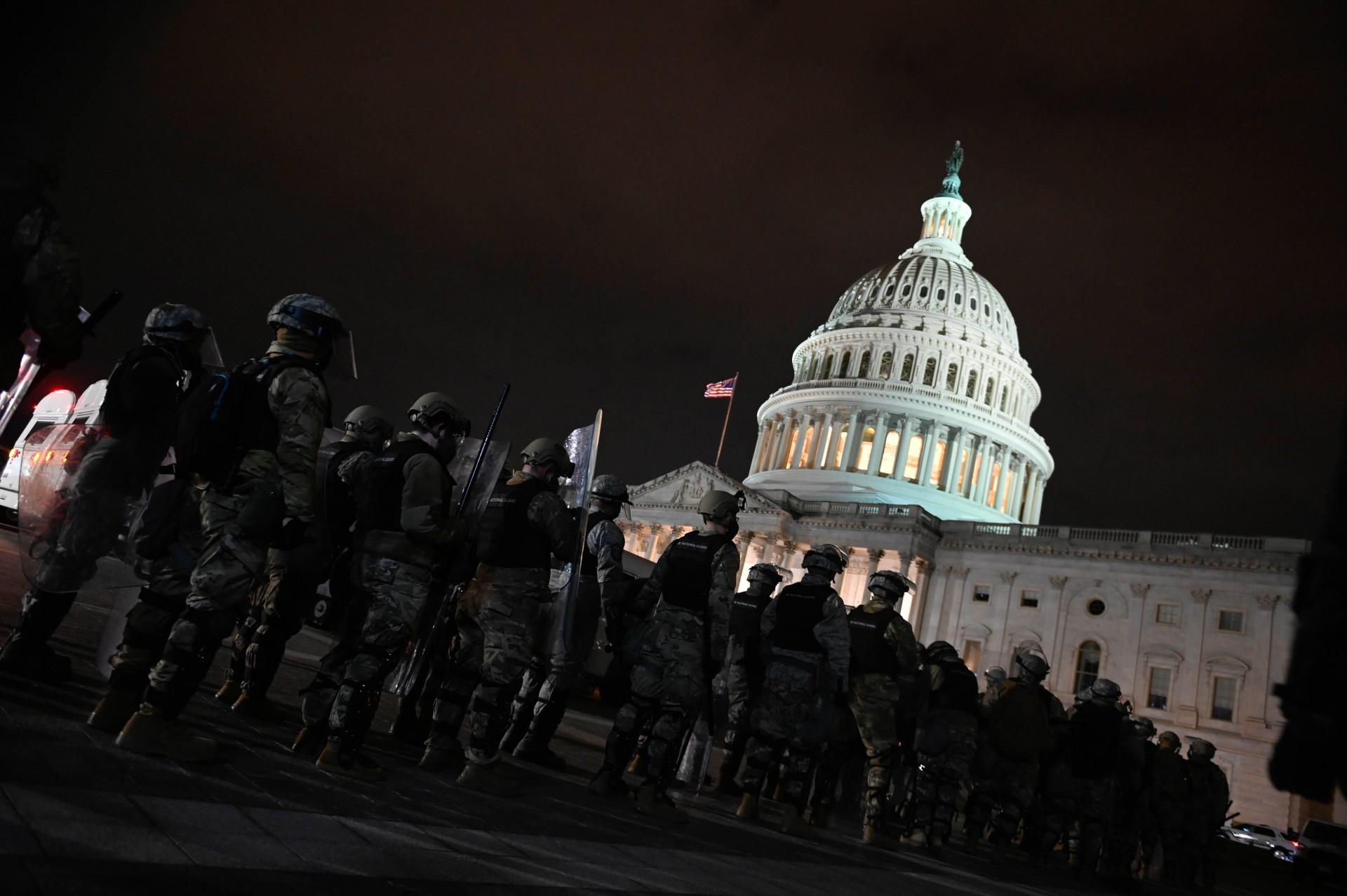 (Foto: ANDREW CABALLERO-REYNOLDS / AFP)Membros da Guarda Nacional de DC estão posicionados fora do Capitólio dos EUA em Washington DC em 6 de janeiro de 2021. - Os apoiadores de Donald Trump invadiram uma sessão do Congresso realizada hoje, 6 de janeiro, para certificar a vitória de Joe Biden nas eleições, provocando caos e violência sem precedentes em o coração da democracia americana e as acusações de que o presidente estava tentando um golpe. (Foto de ANDREW CABALLERO-REYNOLDS / AFP).)