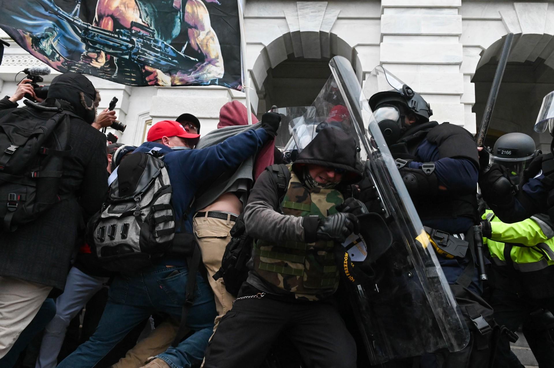 (Foto: ROBERTO SCHMIDT / AFP)A polícia de choque repele uma multidão de apoiadores do presidente dos EUA, Donald Trump, depois que eles invadiram o prédio do Capitólio em 6 de janeiro de 2021 em Washington, DC. - Os partidários de Donald Trump invadiram uma sessão do Congresso realizada hoje, 6 de janeiro, para certificar a vitória eleitoral de Joe Biden, desencadeando caos e violência sem precedentes no coração da democracia americana e acusações de que o presidente estava tentando um golpe. (Foto de ROBERTO SCHMIDT / AFP)