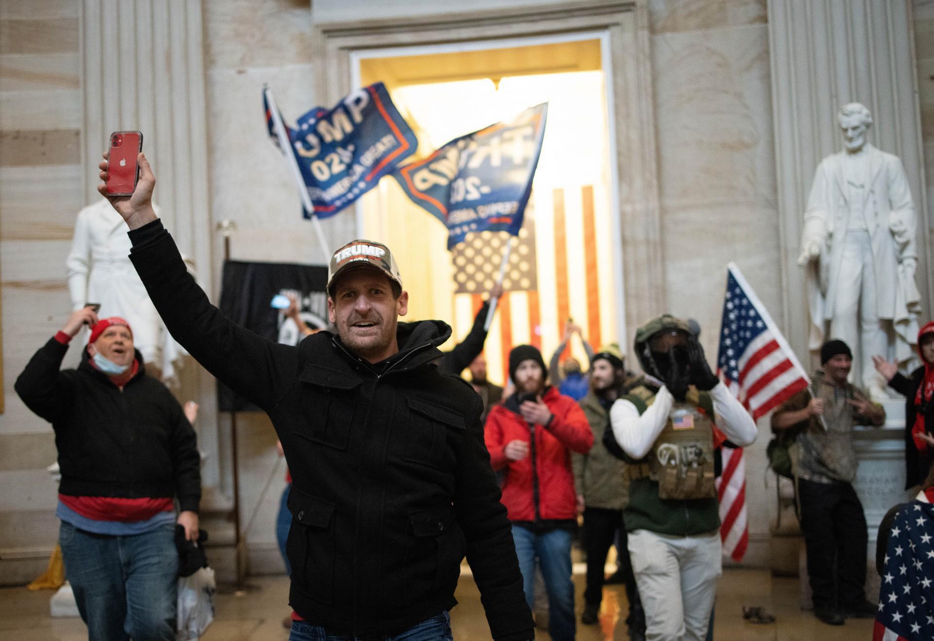 (Foto: WIN MCNAMEE / AFP)WASHINGTON, DC - 06 de janeiro: Uma multidão pró-Trump entra na Roturnda do edifício do Capitólio dos EUA em 6 de janeiro de 2021 em Washington, DC. O Congresso realizou uma sessão conjunta hoje para ratificar a vitória do Colégio Eleitoral 306-232 do presidente eleito Joe Biden sobre o presidente Donald Trump. Um grupo de senadores republicanos disse que rejeitaria os votos do Colégio Eleitoral de vários estados, a menos que o Congresso designasse uma comissão para auditar os resultados das eleições. Win McNamee / Getty Images / AFP
