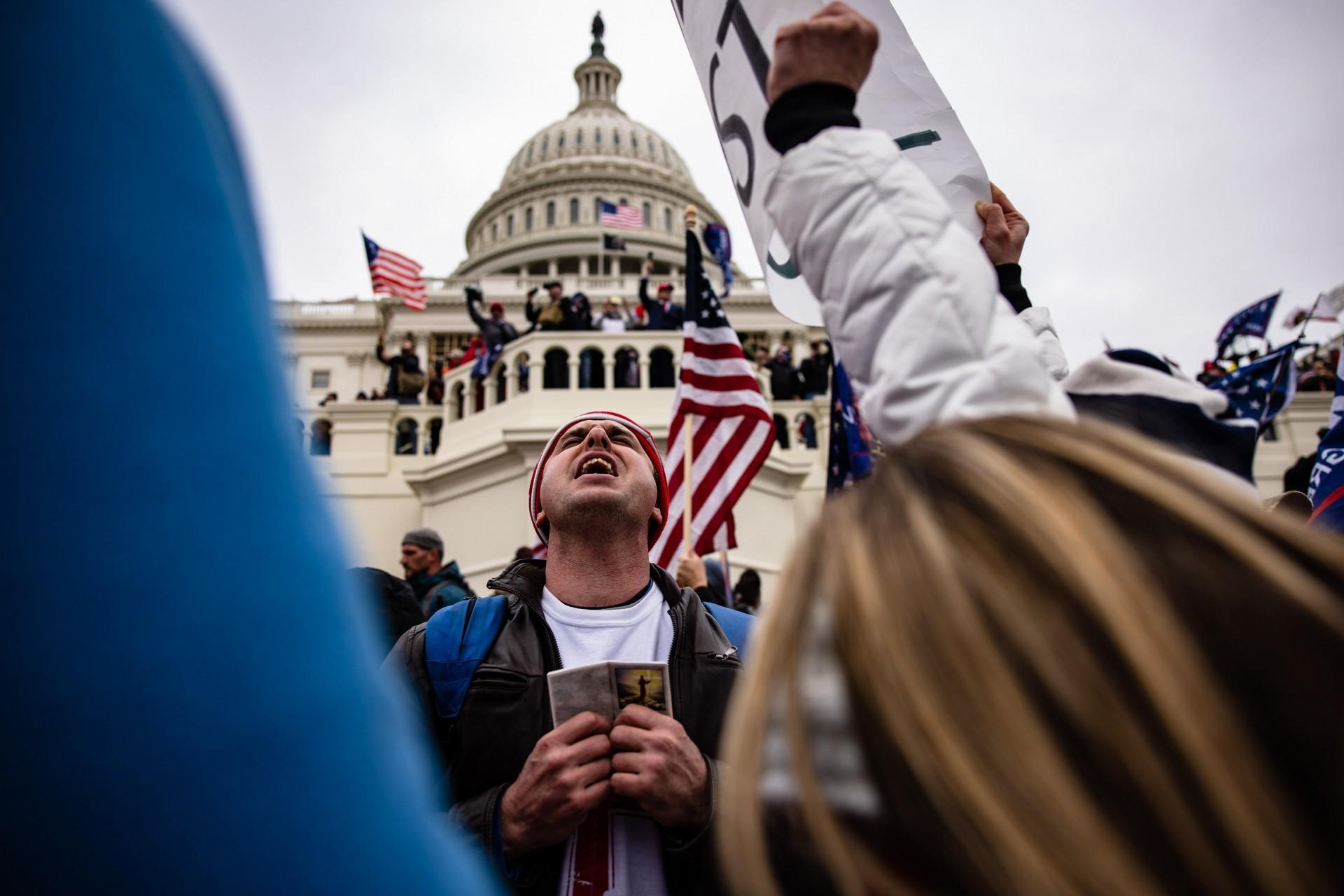(Foto: Samuel Corum / AFP)WASHINGTON, DC - 06 de janeiro: Apoiadores do Pro-Trump invadem o Capitólio dos EUA após uma reunião com o presidente Donald Trump em 6 de janeiro de 2021 em Washington, DC. Os apoiadores de Trump se reuniram na capital do país hoje para protestar contra a ratificação da vitória do Colégio Eleitoral do presidente eleito Joe Biden sobre o presidente Trump nas eleições de 2020. Samuel Corum / Getty Images / AFP