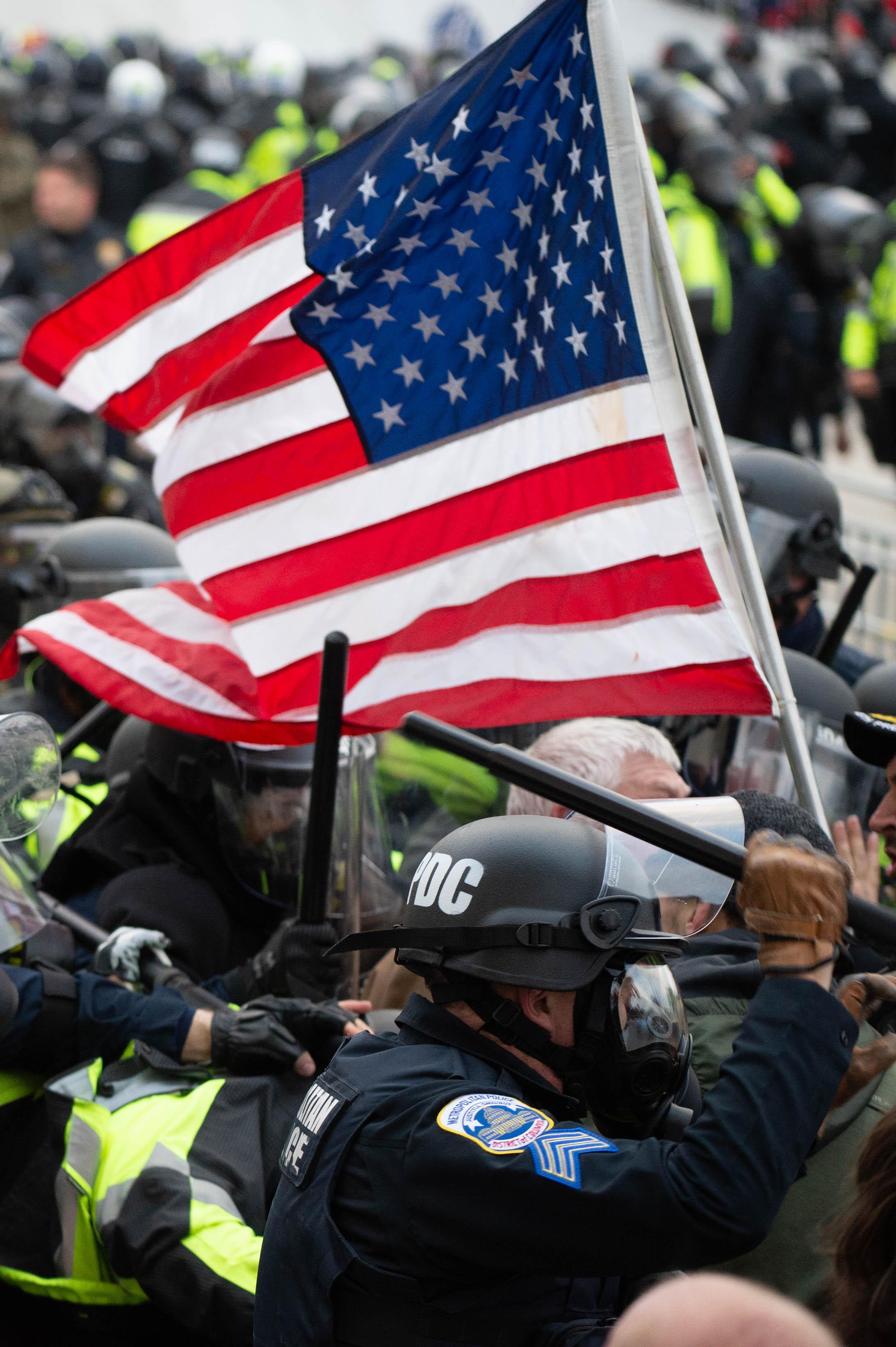 (Foto: ROBERTO SCHMIDT / AFP)Apoiadores do presidente dos EUA, Donald Trump, lutam com a tropa de choque do lado de fora do prédio do Capitólio em 5 de janeiro de 2021 em Washington, DC. - Os partidários de Donald Trump invadiram uma sessão do Congresso realizada hoje, 6 de janeiro, para certificar a vitória eleitoral de Joe Biden, desencadeando caos e violência sem precedentes no coração da democracia americana e acusações de que o presidente estava tentando um golpe. (Foto de ROBERTO SCHMIDT / AFP)