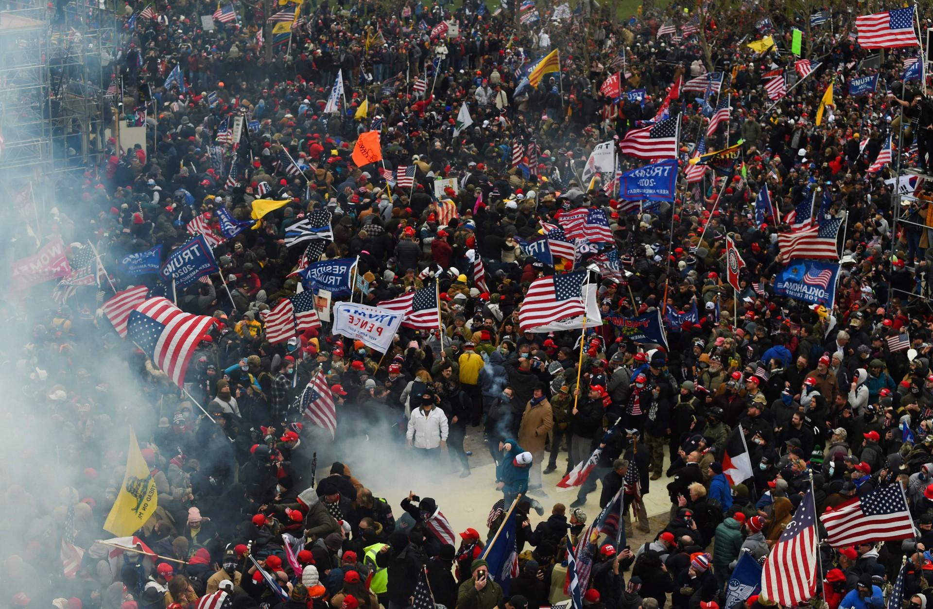 (Foto: ROBERTO SCHMIDT / AFP)Congresso dos Estados Unidos invadido por gente que não aceita o resultado eleitoral