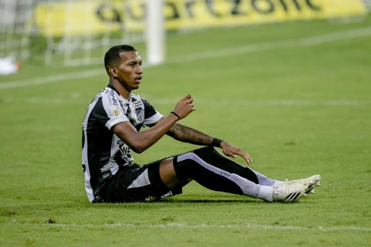Léo Chú, ex-Ceará, foi advertido por simulação de pênalti duas vezes e foi expulso  (Foto: Aurelio Alves/O POVO)