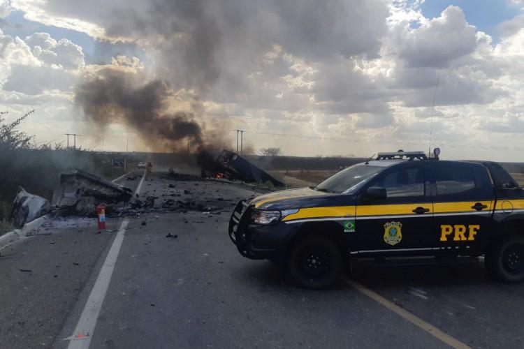 A rodovia chegou a ser interditada para a retirada dos veículos e trabalho de autoridades (Foto: Divulgação/PRF)