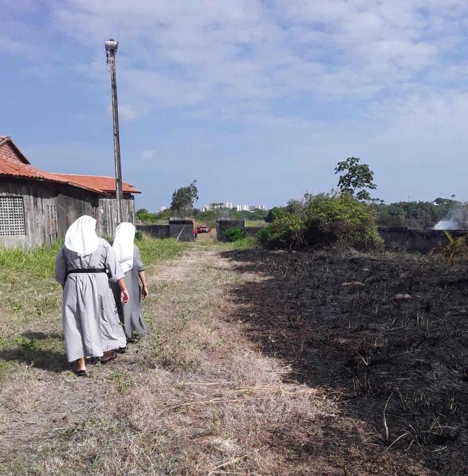 Um grupo de monjas tentou apagar o fogo que atingiu as imediações do mosteiro onde elas vivem