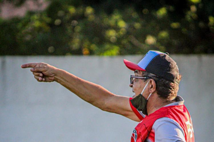 Técnico Francisco Diá durante treino do Ferroviário no estádio Elzir Cabral (Foto: Lenilson Santos/Ferroviário)