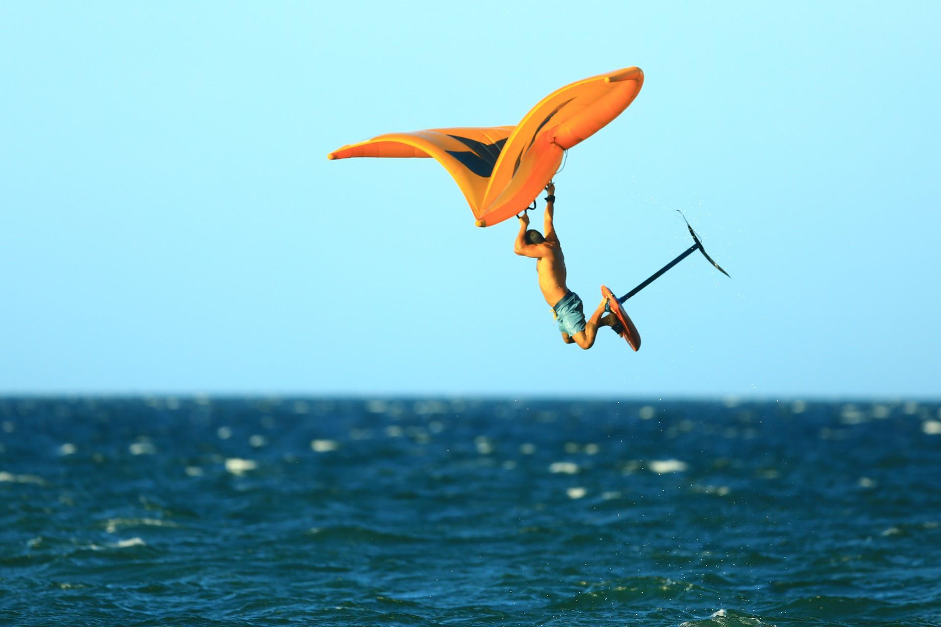 """O wingfoil, ou wingsurfe conta com a """"pipa"""" (asa) direto nas mãos do surfistas, dando total controle para o voo. Jericoacoara, esportes radicais"""