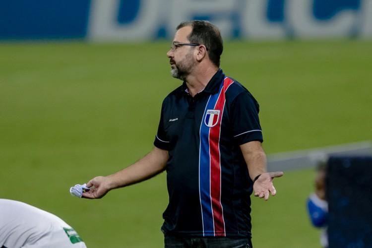 Técnico Enderson Moreira não poderá comandar Fortaleza à beira do campo após expulsão (Foto: Aurelio Alves)