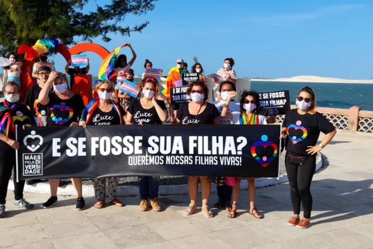 Manifestação à beira-mar em Camocim em protesto contra a morte de meninas trans na cidade e pela vida da população LGBTQIA+ (Foto: DIVULGAÇÃO)