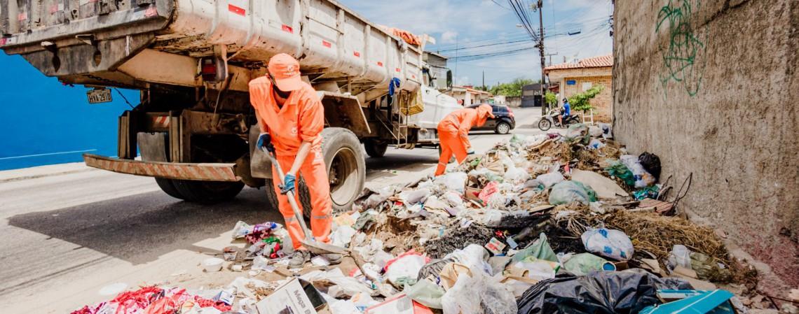 Equipes realizam a coleta de lixo pelas ruas e avenidas em Caucaia (Foto: JÚLIO CAESAR)
