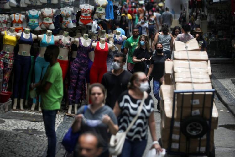 People walk around the Saara street market, amid the outbreak of the coronavirus disease (COVID-19), in Rio de Janeiro, Brazil November 19, 2020. Picture taken November 19, 2020.  REUTERS/Pilar Olivares (Foto: Reuters/Pilar Olivares/)
