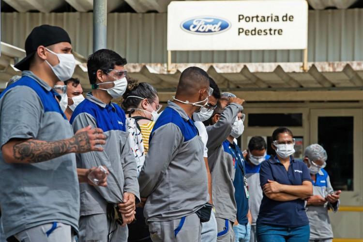 Trabalhadores da montadora americana Ford participam de um protesto em frente à fábrica da Ford em Taubaté, estado de São Paulo (Foto: CLAUDIO CAPUCHO / AFP)