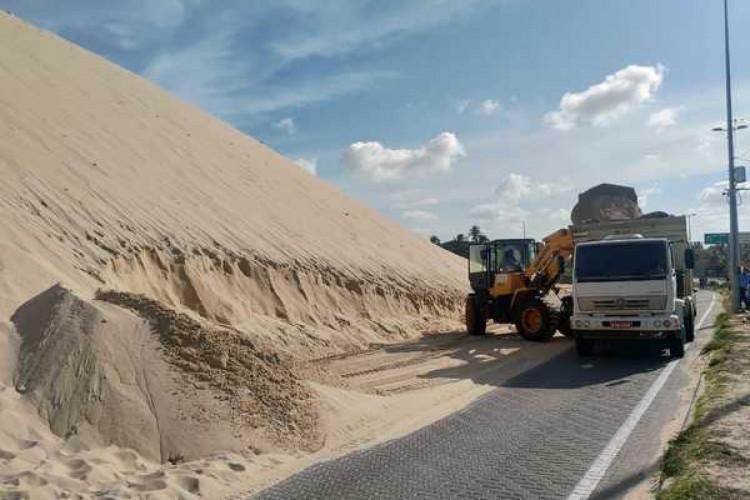 Retirada da areia das dunas de Sabiaguaba foi retomada nessa segunda-feira, 11 (Foto: Divulgação MPCE)