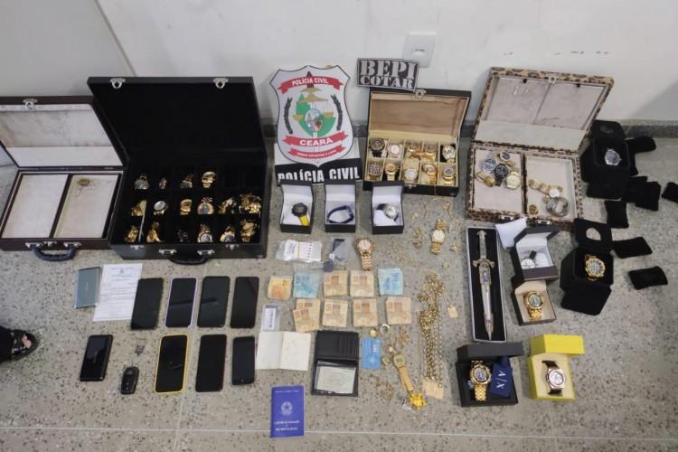 Foragido da Bahia, acusado de envolvimentos em 200 assassinatos, Robson Luxúria foi preso em Iguatu, no Ceará, onde ostentava em meio a jóias e artigos de luxo (Foto: Divulgação SSPDS)