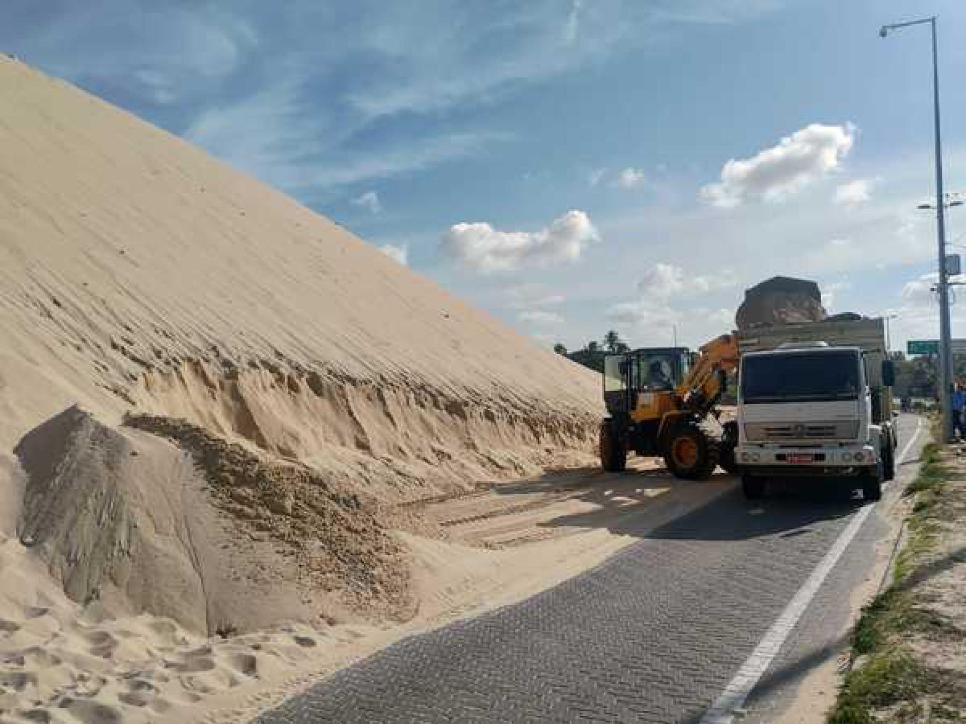 Retirada da areia das dunas de Sabiaguaba  (Foto: Divulgação MPCE)