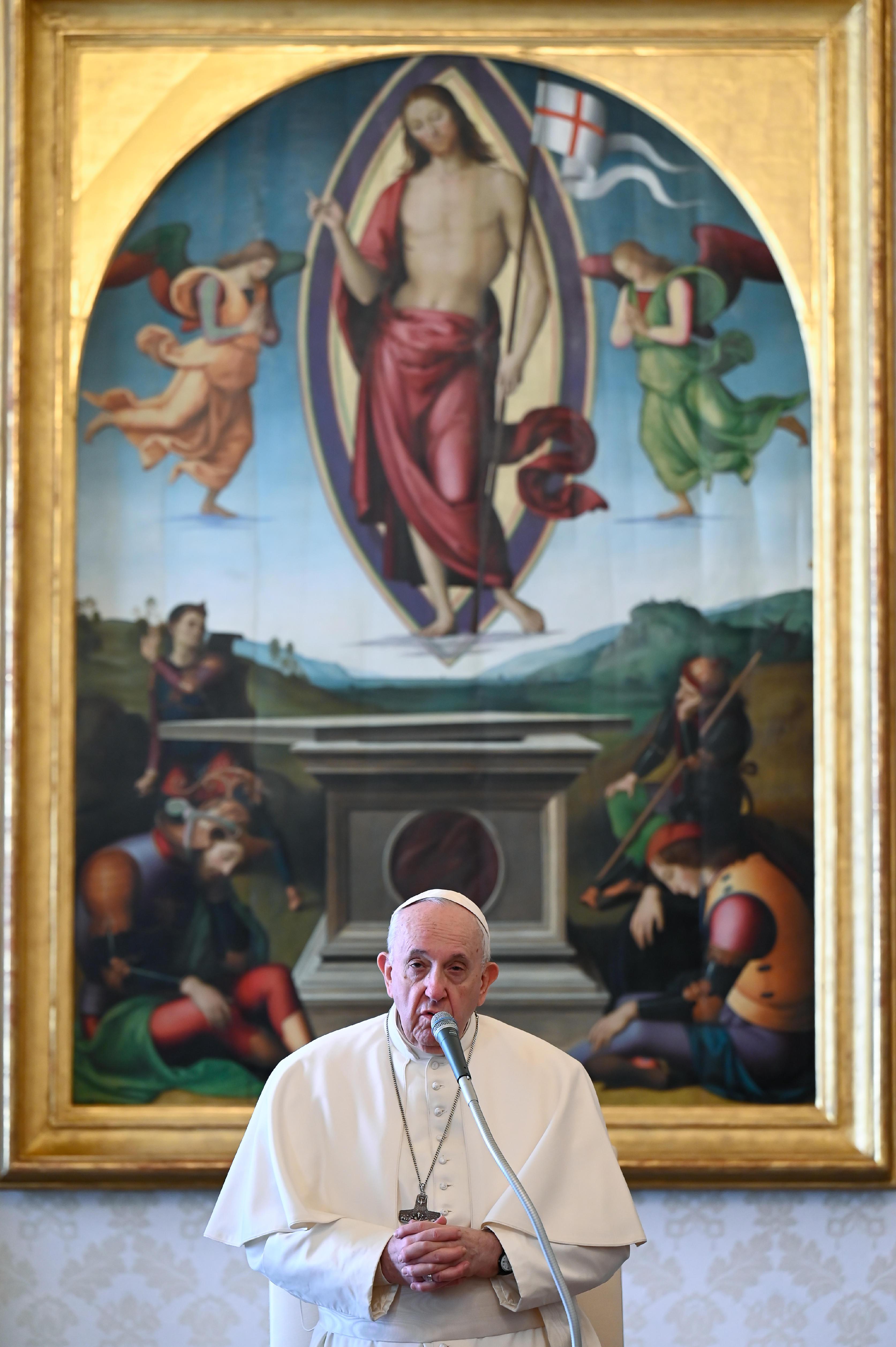 foto tirada e distribuída em 13 de janeiro de 2021 pela mídia do Vaticano mostra o Papa Francisco mantendo uma audiência privada semanal transmitida ao vivo na biblioteca do palácio apostólico no Vaticano.