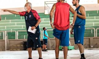 Alberto Bial orienta jogadores no treino do Fortaleza Basquete Cearense