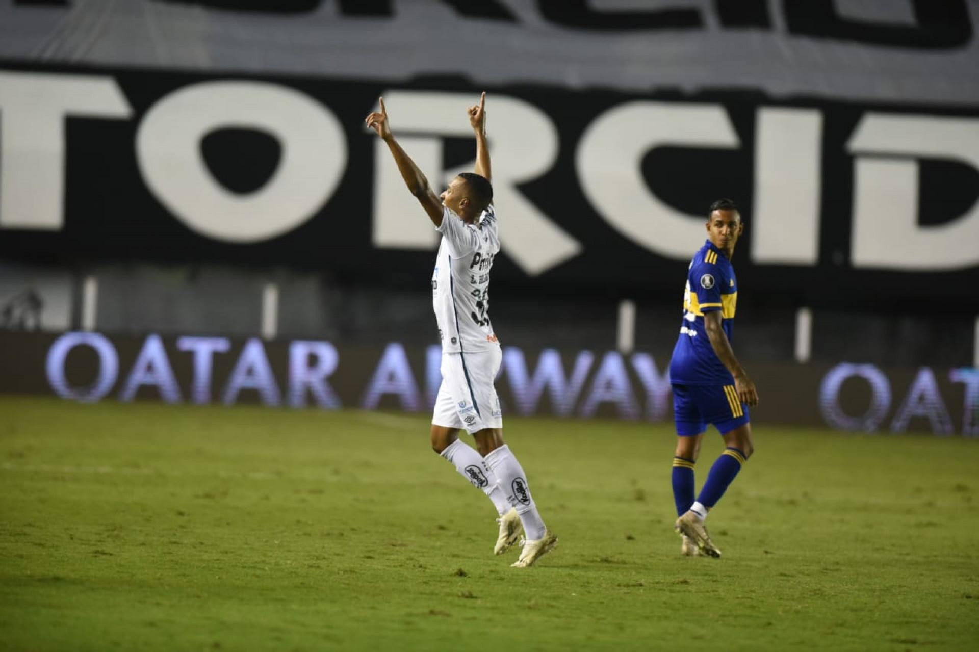 Lucas Braga comemora gol do Santos contra o Boca Juniors