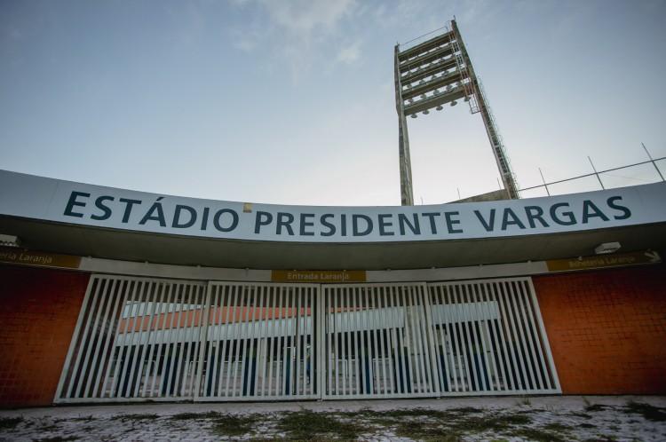 Fachada do estádio Presidente Vargas, desativado e com problemas estruturais após meses sendo usado como hospital