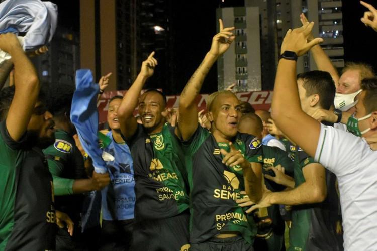 Comemoração dos jogadores do Coelho após a confirmação do acesso para a Série A (Foto: Divulgação/AméricaFC)