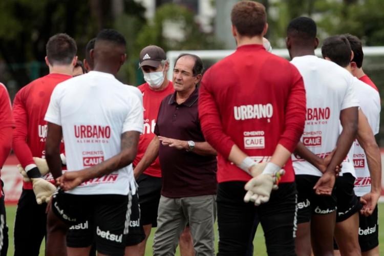 Muricy Ramalho, coordenador de futebol do São Paulo, se reuniu com o elenco  (Foto: Divulgação/Rubens Chiri)