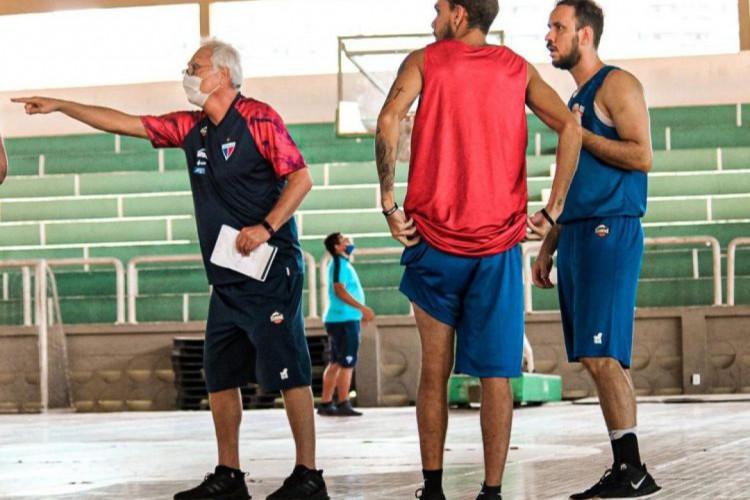 Alberto Bial orienta jogadores no treino do Fortaleza Basquete Cearense (Foto: Luísa Xavier/FortalezaBC)