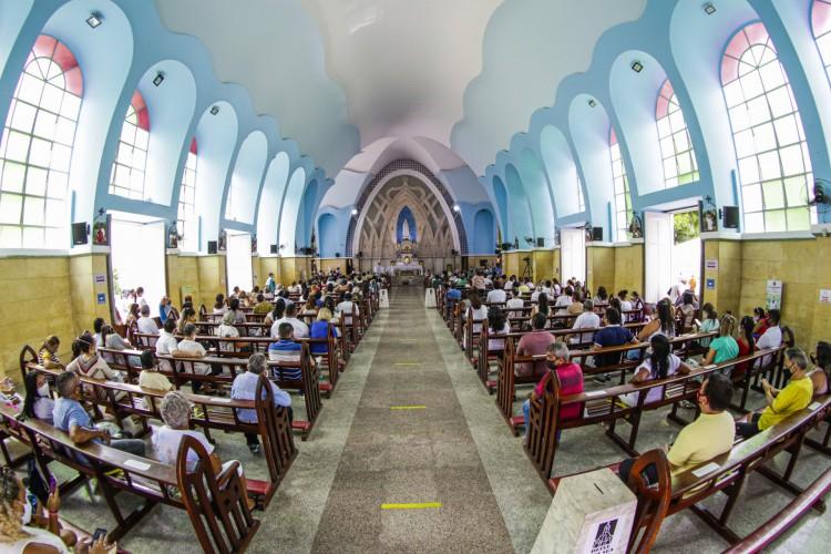 ENTRE as medidas adotadas pelo Santuário de Fátima está a determinação de sentar apenas três pessoas por banco (Foto: Thais Mesquita)