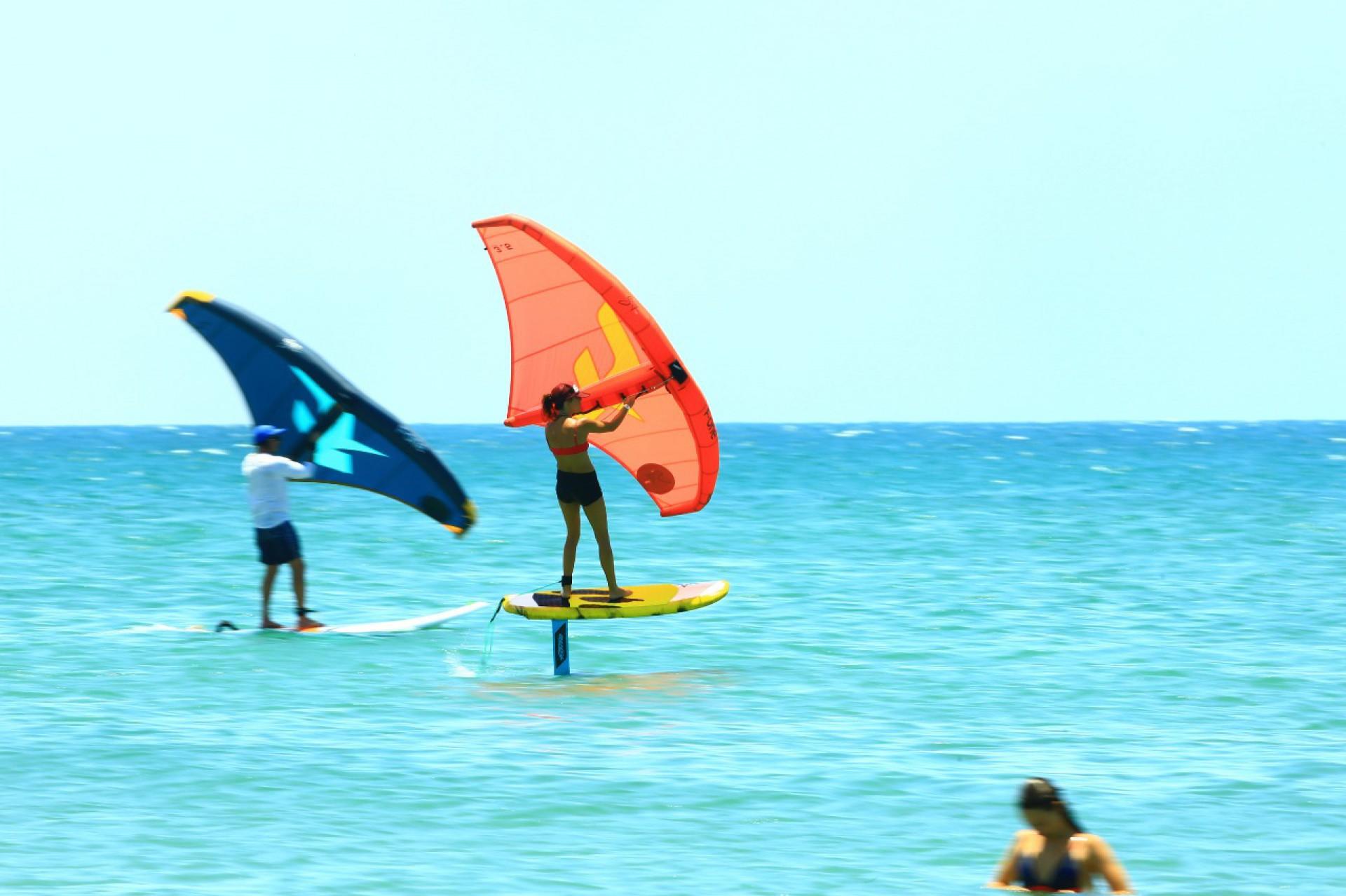 (Foto: Analice Diniz / Divulgação)Aulas de wing foil (wingsurfe) nas areias das praia de Jericoacoara e do Preá, que também recebem windsurfe e kitesurfe. Especial Esportes Náuticos
